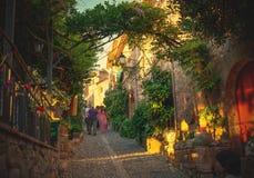 Forntida gata av den gamla staden Tossa de Mar på den soliga aftonen för sommar Royaltyfria Foton