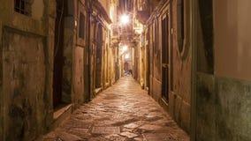 Forntida gata av Syracuse Siracusa, Sarausa på natten-- historisk stad i Sicilien, Italien Ken brännskadaeffekt stock video