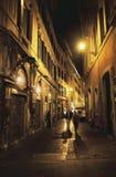 Forntida gata i europeisk gammal stad Arkivbilder