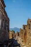 Forntida gata i Pompeii med Vesuvius i avståndet Royaltyfria Foton