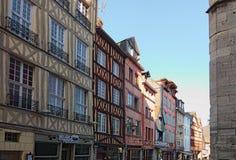 Forntida gata Martainville med traditionella färgrika hus i Rouen fotografering för bildbyråer