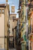 Forntida gata med domkyrkan av kungliga St Mary av Pamplona Royaltyfria Bilder