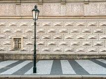 Forntida gatalampa framme av en underbar mönstrad husvägg i Prague - Tjeckien royaltyfri fotografi