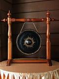 Forntida gongs i gammalmodiga hus royaltyfria foton