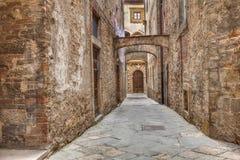 Forntida gränd i Volterra, Tuscany, Italien Royaltyfria Foton