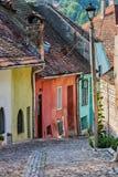 Forntida gränd med färgglade hus arkivfoto