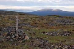 Forntida grav överst av berget på den Kolyma regionen Arkivbilder