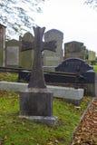 Forntida gravar i kyrkogården av den Drumbo församlingkyrkan i för län byn ner av Drumbo i nordligt - Irland fotografering för bildbyråer