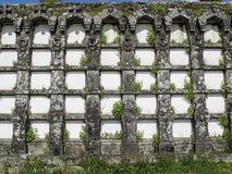Forntida gravvalv i en kyrkogård i Spanien Arkivfoton