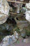 Forntida gravvalv i grottan som bevakas av dockor Fotografering för Bildbyråer