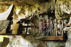Forntida gravvalv i grottan som bevakas av dockor Arkivfoton