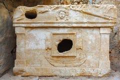 Forntida gravvalv med lättnad, krypta, Olympus, Lycia Arkivbilder