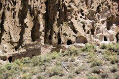 Forntida grotta Cliff Dwelling i den nya Bandalier nationella monumentet - Mexiko royaltyfria foton