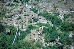 Forntida grottabosättning mellan bergen i Armenien Royaltyfri Fotografi