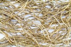 Forntida guld- metalliskt glitter på vit bakgrund Arkivbilder