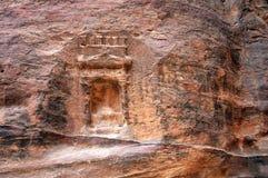 Forntida hällristning i Petra Jordan Arkivbild