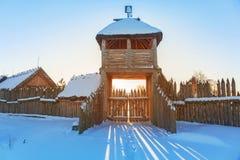 Forntida handelfabriksby på vintern i Pruszcz Gdanski Arkivfoton