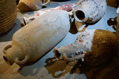Forntida handgjorda leravaser för vin arkivbilder