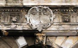 Forntida heraldisk vapensköld som är skadad Royaltyfria Foton