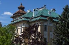 Forntida herrgård mot den blåa himlen, en sommar Arkivbilder