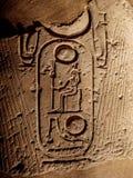 Forntida hieroglyf som visar pharaohs, namnger på en kolonn på den Luxor templet i Egypten arkivbild