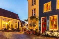 Forntida holländsk gata med restauranger i Doesburg arkivfoto