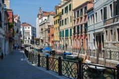 Forntida hus, en kanalgata i Venedig, Italien royaltyfria bilder
