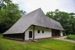 Forntida hus för Balkan stil med det enorma taket royaltyfri foto