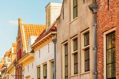 Forntida hus i den holländska byn av Harderwijk royaltyfria bilder