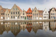 Forntida hus längs en kanal i Bruges Royaltyfri Fotografi