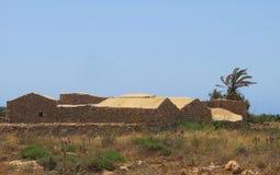 Forntida hus som göras av stenen i Sicilien Italien arkivbild