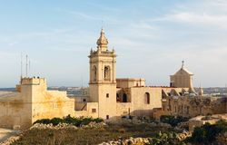 Forntida Il-Katidral i slotten Rabat (Victoria) Arkivfoto