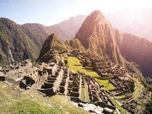 Forntida Inca City av Machu Picchu som är upplyst vid solen Fördärvar av Incan borttappad stad i peruansk djungel Unesco-världsar arkivfoton