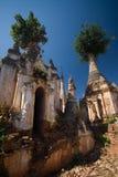forntida inlegästgivargårdlake nära pagodas som taing Arkivbilder