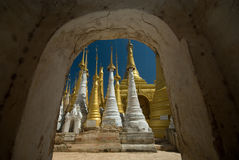 forntida inlelake nära pagodas Arkivfoto