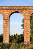 Forntida italiensk akvedukt i aftonljus Royaltyfri Fotografi