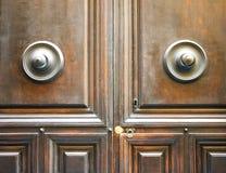 Forntida italiensk dörr i Tuscany Nyckelhål som är användbar för begrepp & x28; svart och white& x29; Arkivbild