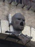 Forntida järnmaskering som hängs på en vägg Fotografering för Bildbyråer
