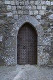 Forntida järnportar av en medeltida slott arkivbilder