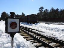 Forntida järnväg semaforsignal som visar ett stopp för transport royaltyfri foto