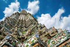 Forntida jätte- demonstaty i Wat Arun runt om pagoden, Bangkok, Thailand Arkivfoton