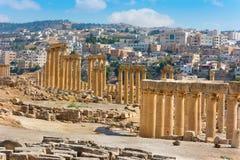 Forntida Jerash Jordaniensikt av den närvarande staden Arkivfoton