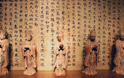 Forntida kalligrafi och staty Royaltyfri Fotografi