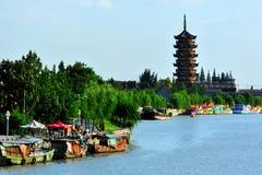 Forntida kanal i Yangzhou royaltyfria foton