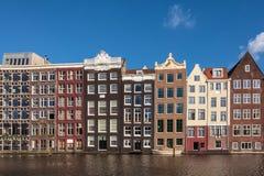 Forntida kanalhus i den holländska huvudstaden Amsterdam Fotografering för Bildbyråer