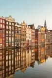 Forntida kanalhus i den holländska huvudstaden Amsterdam Arkivbilder