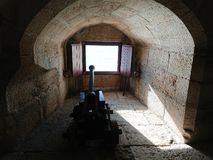Forntida kanon inom det Belem tornet, Lissabon, Portugal arkivfoto