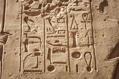 Forntida Karnak carvings royaltyfria bilder