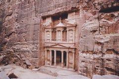 forntida kassa i Petra Jordan som ses från Siqen övre sikt huvudsaklig dragning av den borttappade staden av Petra i Jordanien _ royaltyfria foton