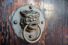 Forntida kines Lion Door Handle arkivfoto